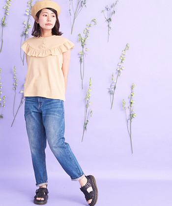 ノースリーブの上から、かぶさるようなフリルが特徴的なデザインTシャツ。ノースリーブには抵抗があるという方でも、肌を見せる面積が少ないため着やすいアイテムです。ストレートシルエットのデニムやサンダルと合わせて、シンプルなのに華やかな印象の着こなしに。