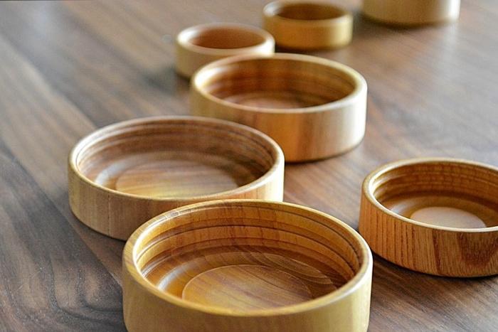 木目がやわらかな雰囲気を醸し出す無垢の素材のフタは、被せるタイプなので、瓶いっぱいまで詰めることができるだけでなく、受け皿として使えて便利。さらにネジ切り部分は丈夫に作られているので、破損しにくくなっているのも◎。