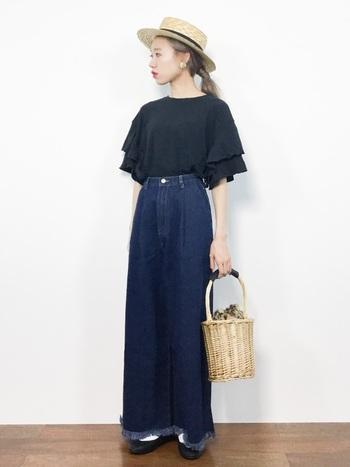 シンプルな黒Tシャツは、袖にフリルがほどこされたデザイン。ワイドパンツも裾にフリンジの入ったデザインタイプを選び、一見するとシンプルなのにしっかり技ありのスタイリグにまとめています。ストローハットやカゴバッグなど、季節感をプラスできる小物使いも上手です。
