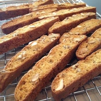 ホットケーキミックスを使って作る簡単ビスコッティに、お好みのナッツを加えて歯ごたえも風味もアップ♪コーヒーに浸して食べるなら長めに作るのがおすすめです。お子様には短めで食べやすいひと口サイズにするのもいいですね。