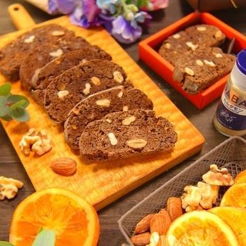 ココアパウダーを使ったほろ苦い甘さと、スパイスの香りで本格的に仕上げたビスコッティ。アーモンドやくるみ、オレンジピール、チョコチップも加えて風味豊かに仕上げれば、おもてなしにはもちろん、手土産にも喜ばれそうです。