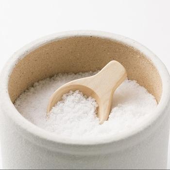 上記で紹介した人気アイテムの塩壷と合わせて使うと、より調理が便利になったり、食卓が和んだりしそうな「塩さじ」。