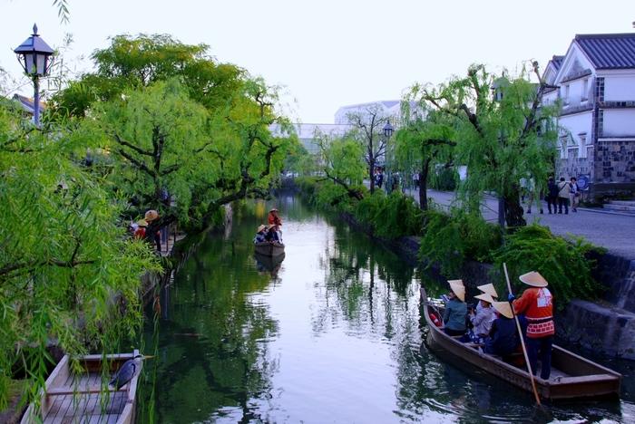 岡山県倉敷市の倉敷地域、中でも倉敷美観地区は、倉敷川沿いの白壁土蔵造りや、塗屋造りの町家などの歴史ロマンあふれる町並みや、大原美術館など見どころも多く、雑貨ショップ巡りなど、楽しみもいっぱい。他にも、歴史を感じさせる古民家を利用したカフェ巡りも人気があります。
