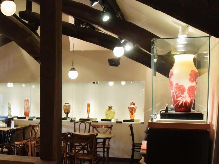 ゆっくりティータイムを満喫したい方は2階のカフェへ。フランスのガラス工芸家であり、アール・ヌーヴォーを代表するエミール・ガレの作品が約10点ほど展示されていて、ガレファンでなくても、その優美な美しさにうっとりと見入ってしまいそう。