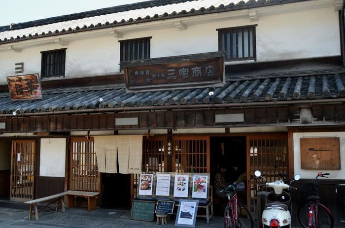 今から百数十年前の江戸時代後期に建てられた古民家を利用したカフェ「町家 三宅商店」は、JR山陽本線の倉敷駅の南口より徒歩約12分、倉敷美観地区の本町通りにあります。