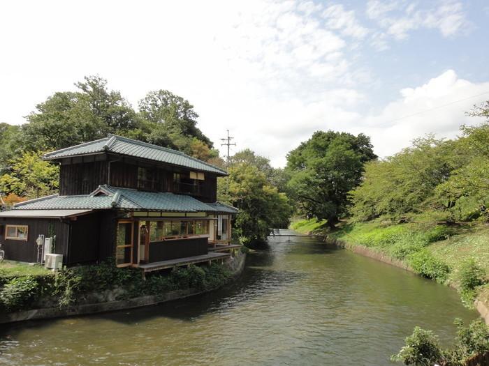 桜の名所として有名な、酒津公園のほど近くの配水池から続く水路沿いに、前述した三宅商店の2号店としてオープンした「水辺のカフェ三宅商店」は、美しい水辺の光景を楽しむ散歩と自転車の方々が、気軽に訪れることができる「ご近所カフェ」としてスタートしました。