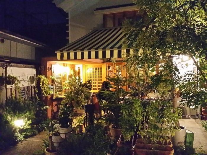 イタリアンレストランやラーメン店などがある中で、店で使用するバジルやミントなどが栽培されている庭先の緑や、おしゃれな外観が目を引くカフェバー「ANTICA」は、昼はカフェ、夜はバーとして遅くまで賑わっています。