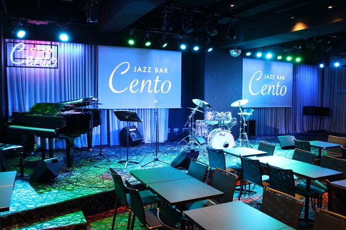 JR奈良駅前に建つピアッツァホテル地下1階に、生演奏も楽しめるジャズバー「Cento(チェント)」があります。お酒を飲みながら大好きな音楽に浸ったり、美味しい料理を味わったりできる贅沢なスペース。誰もが知っているアーティストのライブが行われたりもしますので、スケジュールチェックとチケット確保はぜひお早めに。