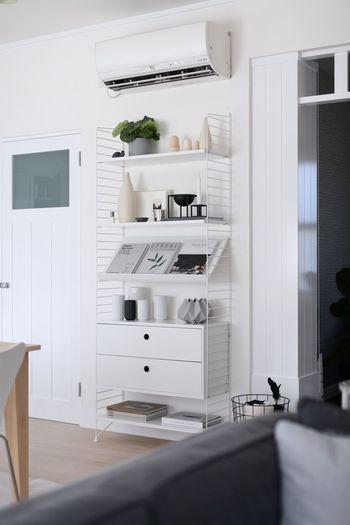 """スウェーデンの建築家ニルス・ストリニングがデザインした""""ストリング システム""""と呼ばれるパーツを自由自在に組み合わせて収納や飾り棚を自分で作ることができる家具。こちらよく雑誌で見かけるオシャレアイテムですが、モノトーンのインテリア雑貨とあわせて素敵に飾れば塩系インテリアにぴったり。"""