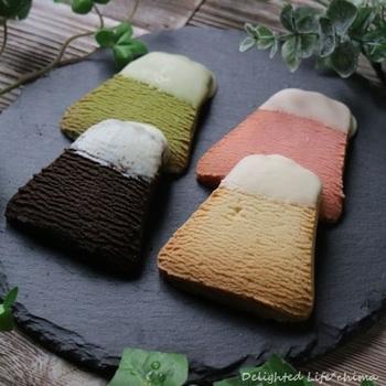 クッキーは国産小麦や富士山の蜂蜜などを使用して、一つ一つ丁寧に作られています。可愛らしい富士山形で、山頂にはホワイトチョコで雪が表現される演出が。