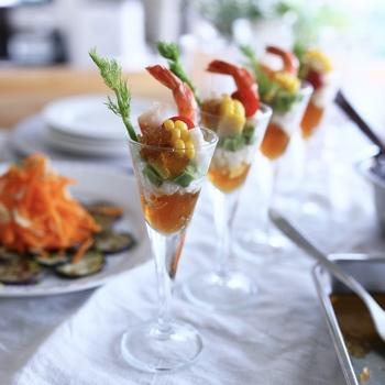 シャンパングラスにオードブルを盛り付けた斬新なアイデア。ガラスだからこそ中身が見え、なんとも華やか!