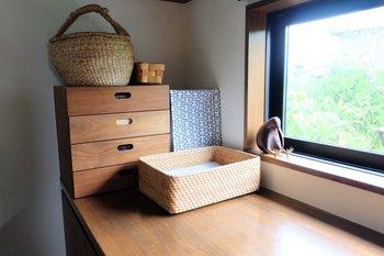 天然素材のラタンバスケットは、木製のテーブルや収納棚との相性も抜群です。
