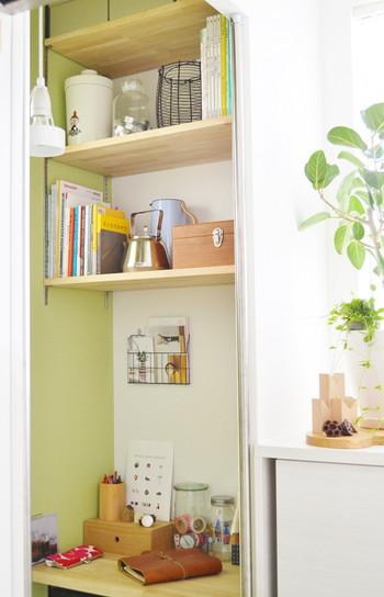 レシピ本や食関係の本は、キッチンに置くのがおすすめ。お料理好きでキッチンにいる時間が長いという人は、さらに、雑誌やライフスタイル系の本、エッセイなど、軽く読める読み物を置いておくと良いですよ。気ままにちょっとした時間で気分転換を図れます。