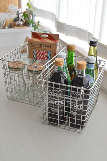「ステンレスワイヤーバスケット1」は一番小さなサイズ。瓶入りのドリンクや調味料を入れるのに便利です。