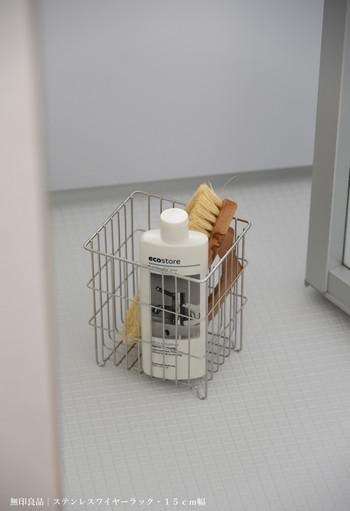 もっと小さなものの収納には、同じ素材で「ステンレスワイヤーラック」という商品もあります。浴室のボトルや掃除用品などをすっきり収納できます。