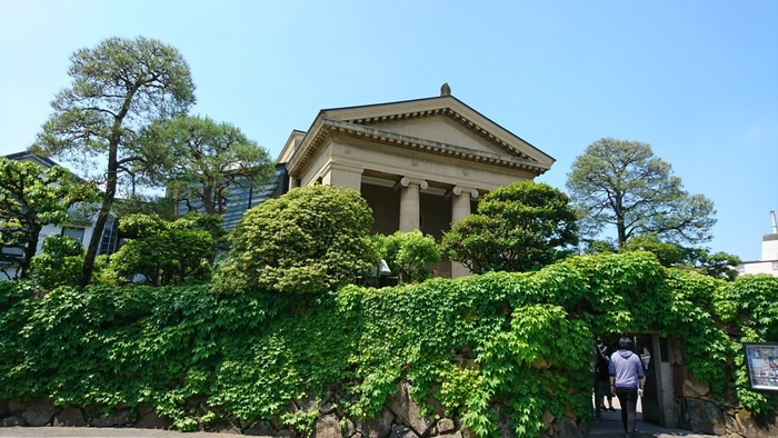倉敷美観地区の一角にあり、昭和5年に倉敷の実業家であった大原孫三郎氏が設立した「大原美術館」。エル・グレコの「受胎告知」や、ゴーギャンの「かぐわしき大地」など有名な作品が多く、倉敷でもトップクラスの観光スポットとして平日でも多くの観光客が訪れています。