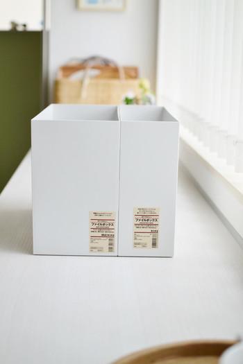 ホワイトグレーのこちらのファイルボックスは、「ポリプロピレンファイルボックス・スタンダードタイプ」。通常サイズとワイドサイズがあり、どちらもA4の書類が入る大きさです。