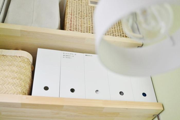 高い棚上収納にも、穴に指を入れて引き出すことができる「ファイルボックス」なら、取り出しやすく便利です。さらにラベリングすると、よりわかりやすいですよ。
