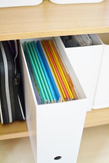 このように、書類やノートをたくさん入れてもすっきり。側面に穴が開いているので、指を入れて簡単に引き出すことができます。