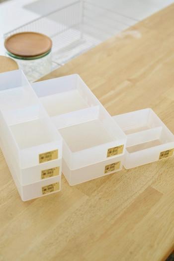 引き出しの整理整頓に便利なのが、こちらの「ポリプロピレンデスク内整理トレー」です。4つのサイズを自由に組み合わせて使うことができます。