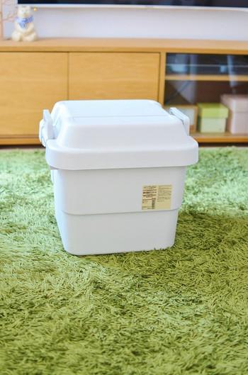 「ポリプロピレン頑丈収納ボックス」は、その名の通り、丈夫で耐久性があるボックス。持ち手付きで運びやすく、積み重ねも可能です。