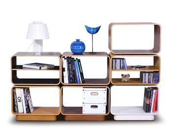 ユニット式の家具は、スペースや収納量に合わせて自由に組み替え、拡張できるのがメリット。本を立てて並べたり、平置きしたり、色んな置き方で見せるのも楽しい。他の小物や置物と上手に組み合わせて、パズル感覚で自分なりの正解を導き出してみてはいかがでしょうか。