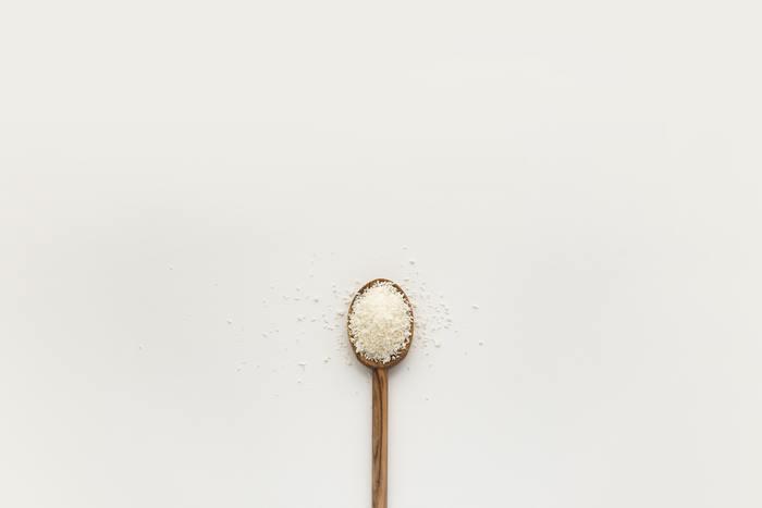 お清めの盛り塩は、ごく普通のお塩(海塩や粗塩)を使っても大丈夫です。盛り塩の型は通販などで比較的簡単に手に入るので、気になる人ははじめてみてください。盛り塩をすることで、より良い生活を送りたいという自身の心構えも形にすることができ、日々のモチベーションをより高めることができるでしょう。