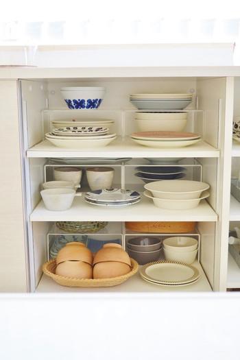 このように食器棚で使うと、上部のデットスペースを有効活用でき、大切な食器も重さや摩擦で傷つきにくく、美しいすっきり収納が叶います。