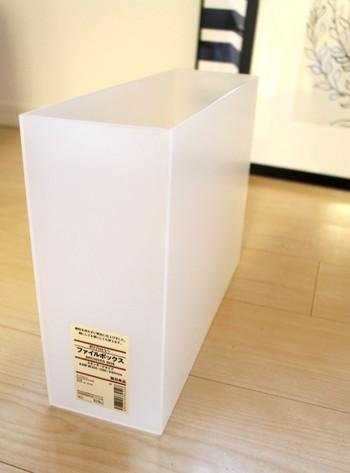 無印良品のファイルボックスの代表は、丈夫な「ポリプロピレン」素材。色はこちらの半透明と、ホワイトグレーの2色展開です。他にも「ダンボール」「発泡ポリプロピレン」素材があり、そちらは折りたたむことができます。