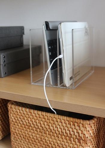 こちらはリビングで、タブレットやノートパソコンなどを立てて収納しています。透明感のあるアクリル製なので、出しっぱなしでもインテリアにスーッと溶け込んでくれます。
