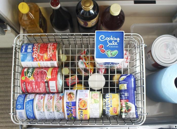 例えばキッチンの引き出し収納で、深めの「バスケット5」に背の高いボトルタイプの調味料を、上の浅い「バスケット2」には缶詰を。デットスペースになりがちな場所も無駄なく活用することができます。