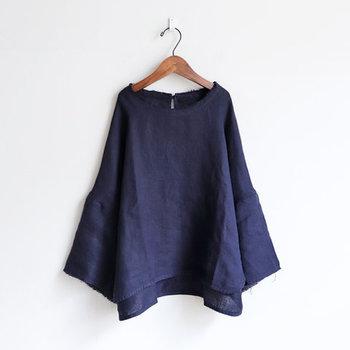 ゆったりフレアシルエットの袖がポイントの一枚。シンプルなデザインですが、着てみると存在感バツグンです。ややコンパクトな着丈で、パンツでもスカートでもどこか可愛らしい雰囲気に。
