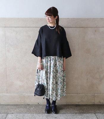小花柄のスカートを合わせた夏のお出かけコーデ。スカート以外はブラックで統一して、全体をキリッと引き締めています。美術館や観劇にも似合いそう。