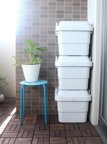 特大サイズ以外は、積み重ねは3つまで可能。フタをしたまま腰かけることもできるので、アウトドアやガーデニングなどの際、簡易的なイス代わりにも使える優れものです。