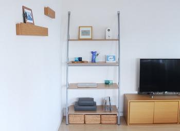 リビングのラック下に「重なるラタン長方形バスケット・小」を3つ並べて。木目調のテレビ台や飾り棚とも雰囲気がマッチしています。