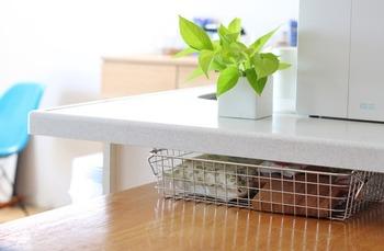 「ステンレスワイヤーバスケット2」は浅型タイプなので、こんな風にカウンターとダイニングテーブルの隙間に入れて。薄さを生かした隙間収納に便利です♪