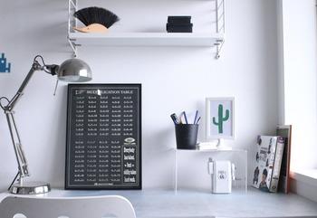 こちらは、デスク周りでの活用例。ごちゃつきがちな机の上も、アクリル仕切り棚を置くことによって収納スペースを作ることができます。クリアなので、勉強中の視線の邪魔にもなりにくいのもポイントです◎