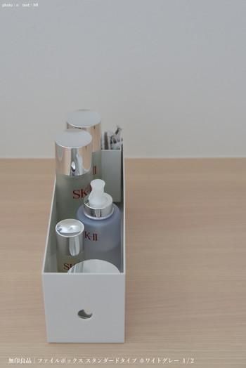 化粧水や乳液などを、ファイルボックスの「1/2サイズ」にひとまとめに。洗面所に置いておけば、基礎化粧品を一気に取り出せて便利です。