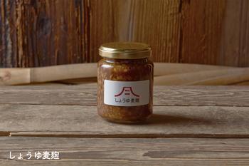 旨みたっぷりのしょうゆ麦麹は色々なお料理に使いたい調味料。プチプチとした食感が特徴です。