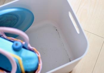 ボールや砂場遊びの道具などを収納すると、底に砂が溜まってしまうことも。汚れが落としやすい素材で水で丸洗いできるので、キレイな状態をキープすることができます。