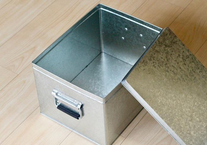 屋根やバケツなどに使われるトタン素材を使った、水と湿気に強い「トタンボックス」。米びつを原型としたシンプルな形は、シャープな印象ながらもどこかレトロな雰囲気も感じられます。