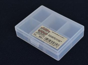 同じポリプロピレンボックスの中でも、こちらは浅めの「ピル・ピアスケース」。小さなケースの中にさらに可動式の仕切りがついています。