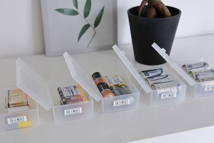 いろんな種類の乾電池をよく使うというご家庭の場合は、こんな風にラベリングしてそれぞれ「救急用品ケース」に入れるというアイデアも◎