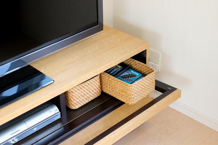 テレビの下に2つ並べて。リモコンやお掃除グッズなどがピッタリ入るサイズ感です。