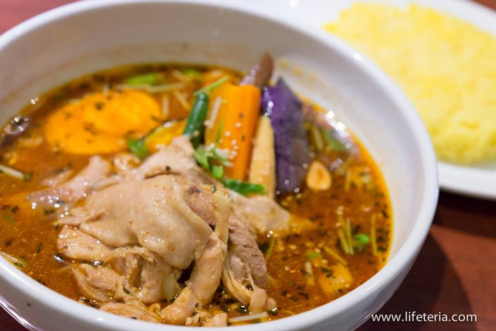 具沢山でしっかりスパイスが効いたスープカレーはまさに本場の味。豪快なチキンも大きな野菜も食べ応えありで大満足!