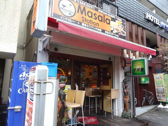 新宿で、モチモチのナンと一緒にカレーが食べたくなったら、異国情緒漂うこちらの「マサラステーション」がオススメです。