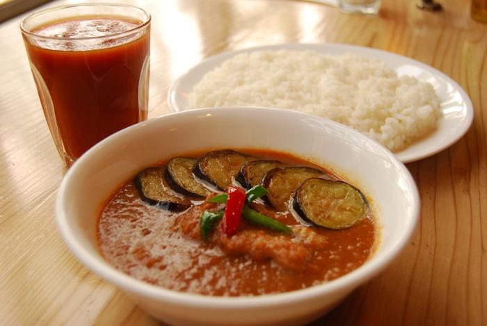 curry草枕のカレーは、小麦粉を使わず一皿につき玉ねぎ丸ごと一個使われている体に優しい魅力的なカレー。ナスチキンカレーは素揚げされたナスが乗っていてスパイスとチキンとの相性も抜群です。疲れた体に負担なく染み渡る元気をもらえるそんなカレー屋さんです。