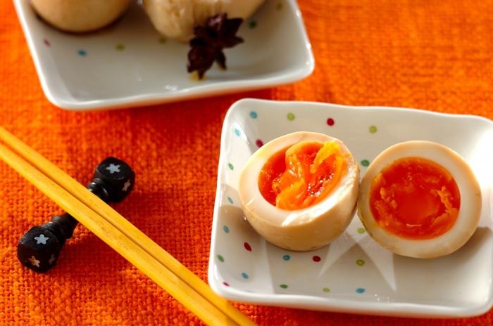 麺つゆを使った超簡単な味付け卵ですが、八角もいっしょに漬け込むことで本格的な味わいに!作っておくと何かと便利。冷蔵庫から出した卵に針などで穴をあけておくと、つるりときれいにむけます。