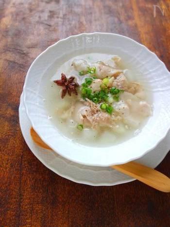 具材は、豚バラ肉、大根、ニンニクととてもシンプル。八角を入れることで、とても風味のある本格的な中華スープになります。中華のテーブルにぜひ登場させたい一品です。