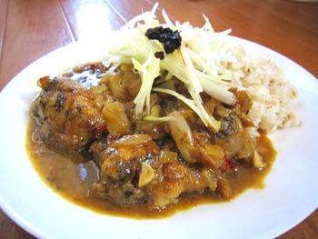 八角や胡麻、鶏ガラスープなどを使った、中華風味のカレー。鶏肉に胡麻入りの衣をつけて、軽く揚げ焼きしてから煮込んでいます。胡麻の風味は、意外にもカレーによくマッチするそうです。